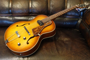 Godin 5th Avenue guitar med pick-up