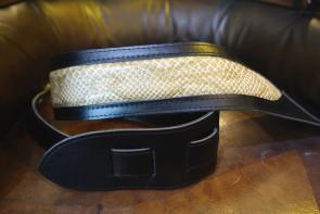 GuitarRem med snakeskin