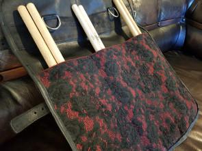Læder etui med mønster til trommestikker